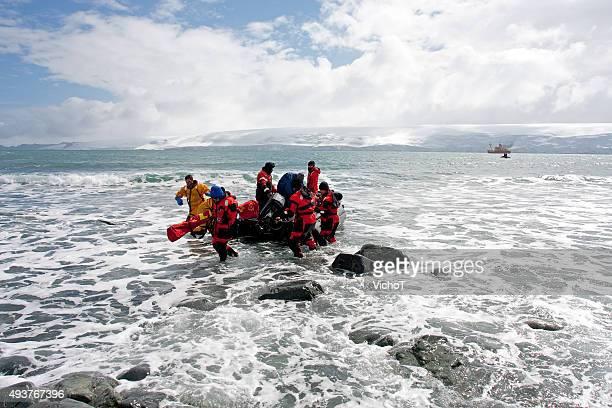 Boot mit Wissenschaftler, die auf der Antarktis