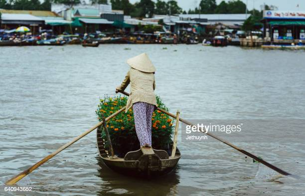 boat women arriving at the floating market to selling flowers - provinz can tho stock-fotos und bilder