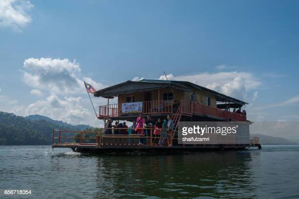 boathouse available for back to nature outing at royal belum state park, perak, malaysia. it will be the center of activities including, fishing, jungle tracking, casting, etc - shaifulzamri foto e immagini stock