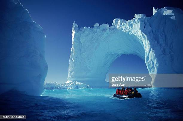 boating by icebergs, yalour islands, antarctica - antarctique photos et images de collection
