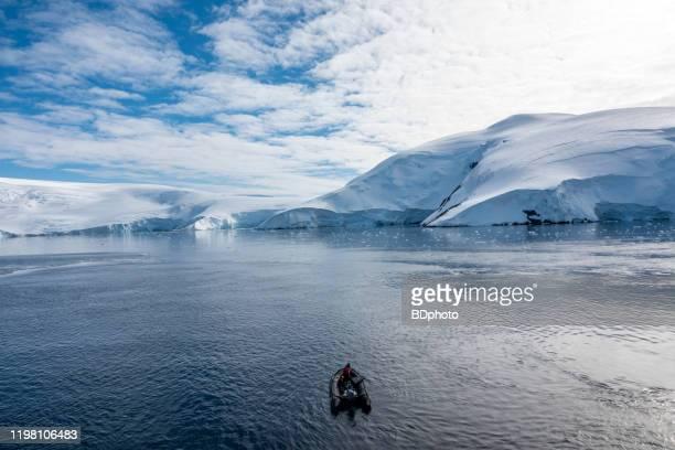 南極半島でのボート - 南極海 ストックフォトと画像