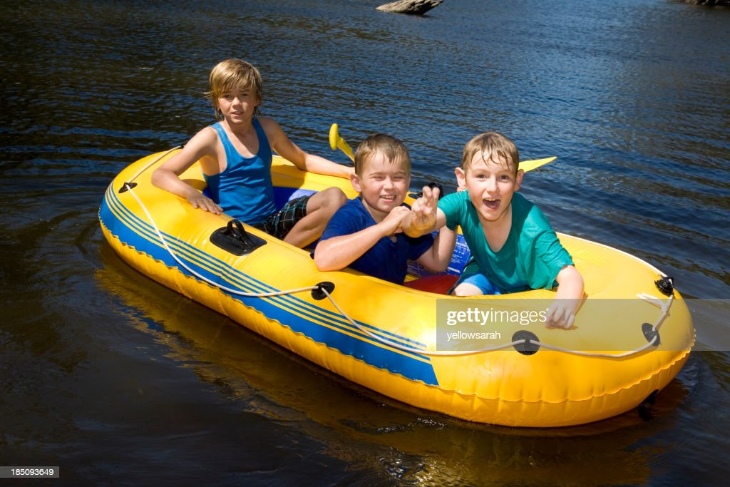 Gite in barca sul fiume : Foto stock