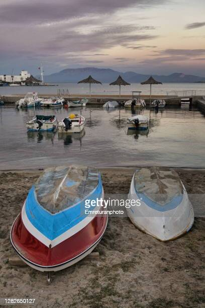 boats anchored and pulled ashore in cesme. - emreturanphoto stock pictures, royalty-free photos & images