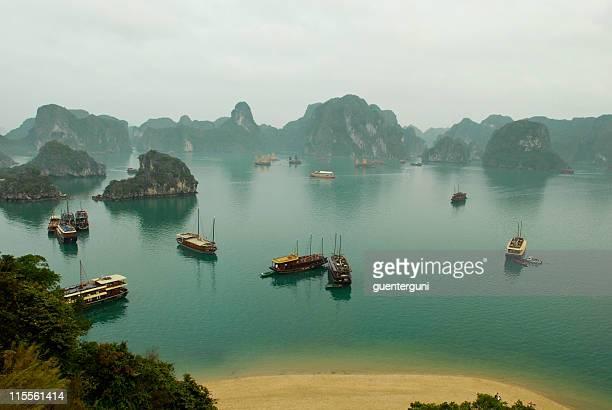 Bateaux et les îles de la Baie d'Halong, Vietnam-du-Nord