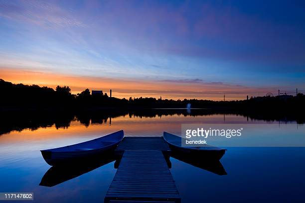 boats and jetty at sunset in helsinki finland downtown park - helsinki stockfoto's en -beelden