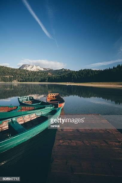 Boote und alte hölzerne Anlegestelle im Laki in Bergen