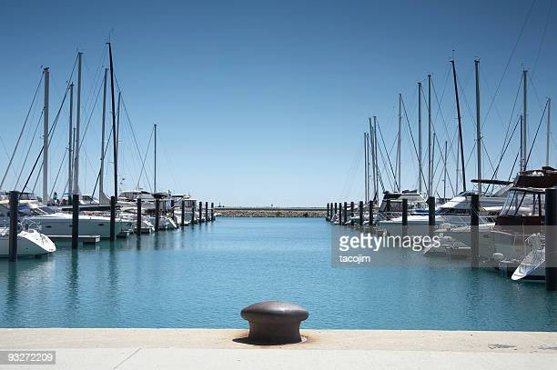 imbarcazioni in porto - molo foto e immagini stock