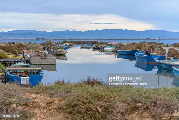 boats at the pier - delta del ebro fotografías e imágenes de stock