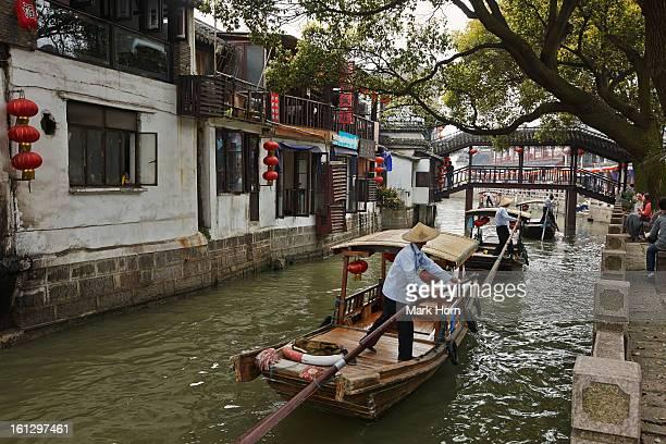 boats at zhujiajiao, historic water town, shanghai - china oriental - fotografias e filmes do acervo