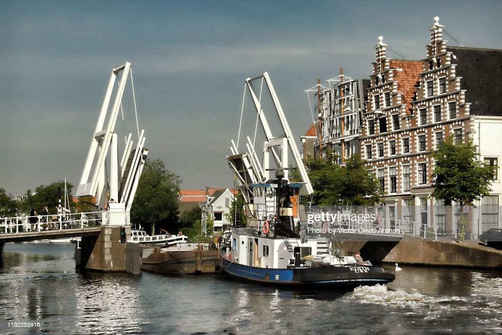 Boats crossing through the Gravestenenbrug drawbridge on the Spaarne River in Haarlem, Netherlands : Foto de stock
