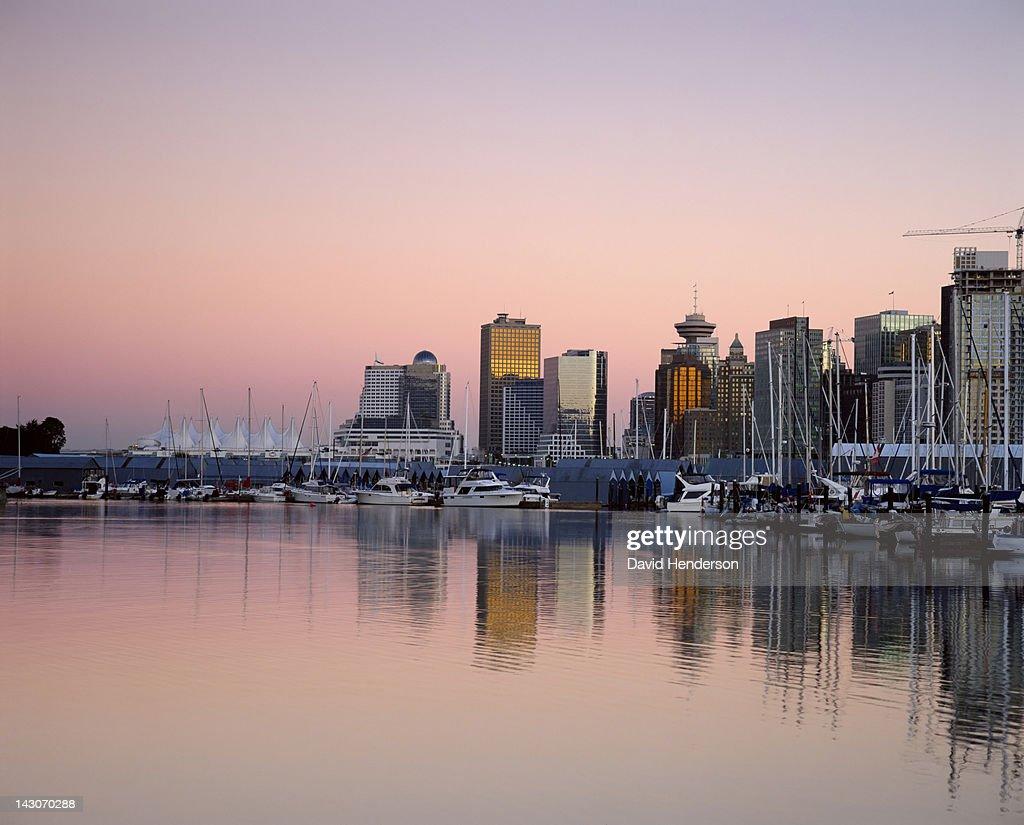 Boats docked in urban bay : Stockfoto