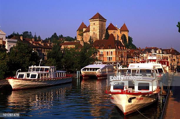 boats in canal in quaint village, annecy, france - annecy fotografías e imágenes de stock