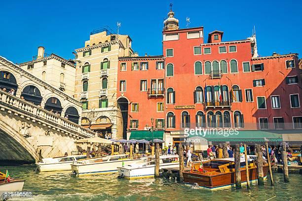 ボートでの前イタリア、ベネチア、リアルト橋