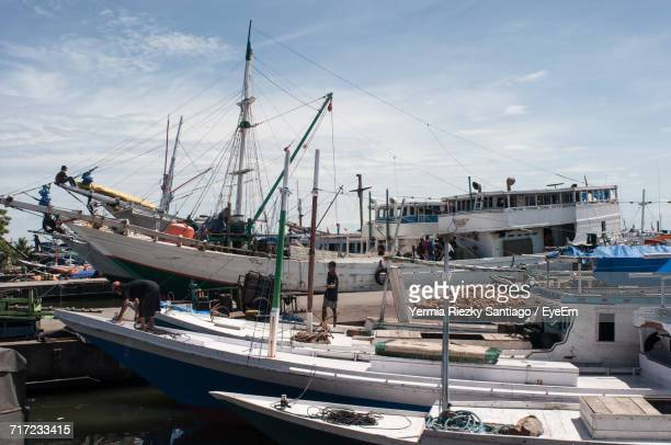 boats in harbor - makassar stock pictures, royalty-free photos & images