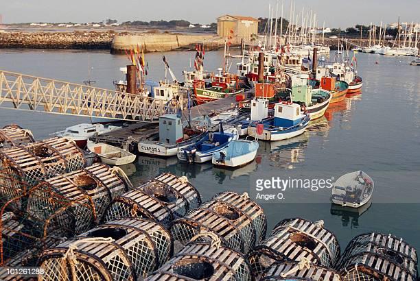 boats in harbor, vendee, france - noirmoutier photos et images de collection
