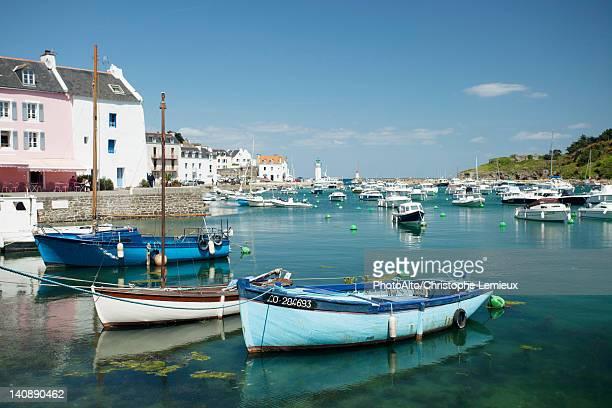 boats in marina, sauzon, belle-ile-en-mer, morbihan, brittany, france - golfe du morbihan photos et images de collection