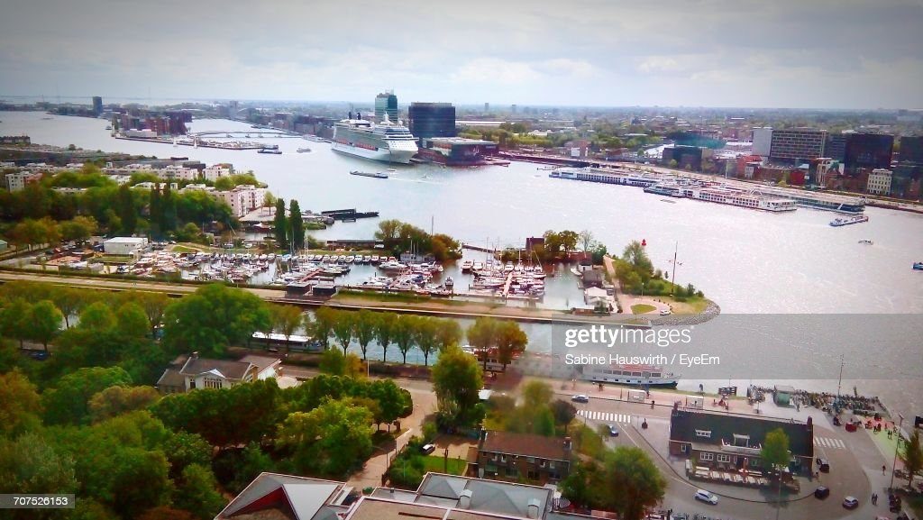 Boats In River With Buildings In Background : Stock-Foto