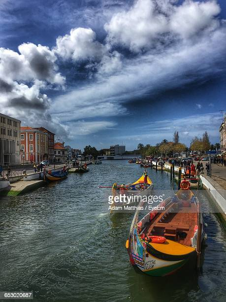 boats in river with city in background - aveiro district stock pictures, royalty-free photos & images