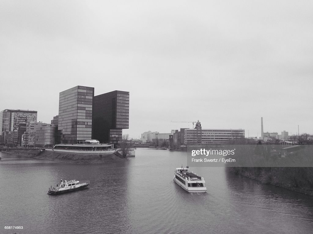 Boats In River With City In Background : Stock-Foto