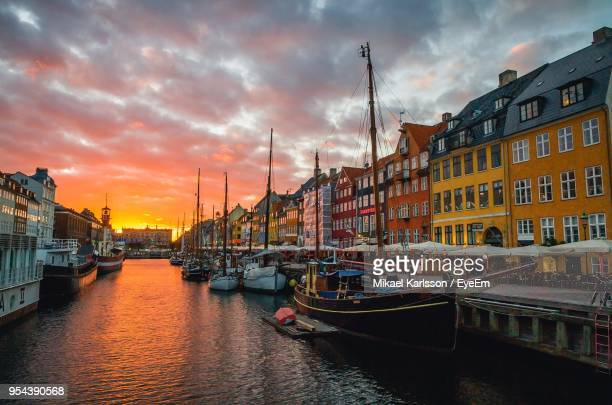 boats in river with city in background - nyhavn stock pictures, royalty-free photos & images