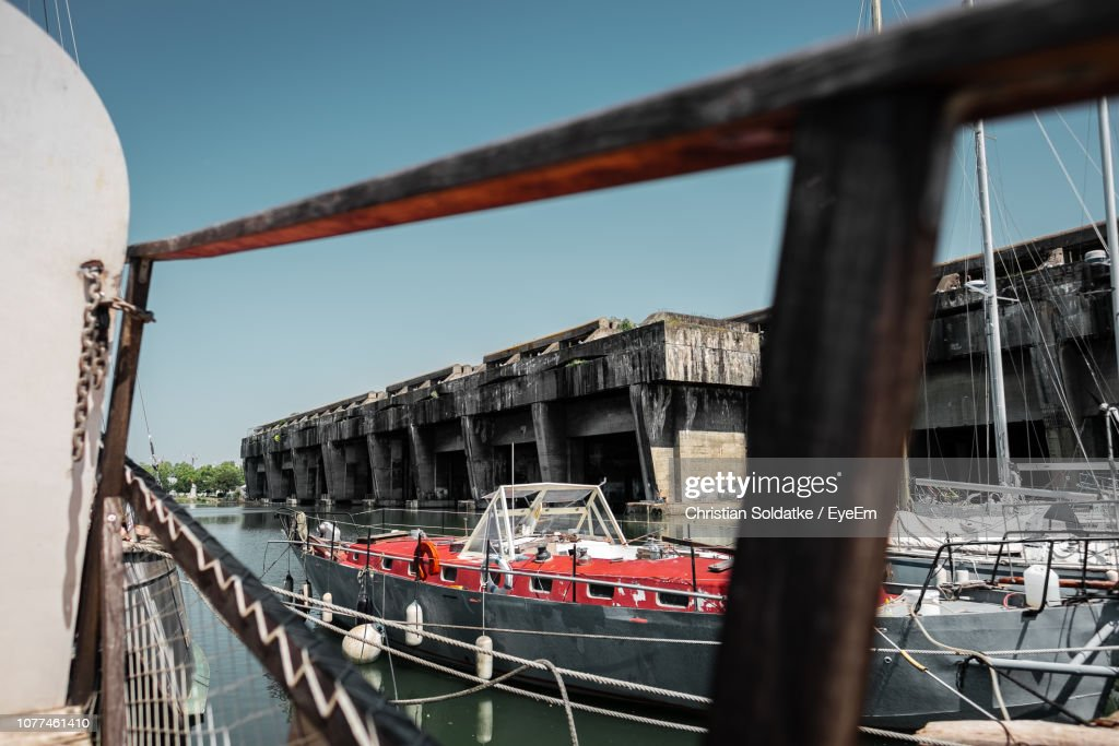 Boats In Sea Against Built Structure : Stock-Foto