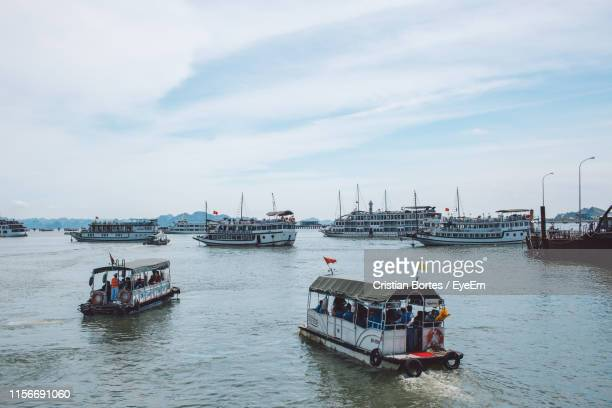boats in sea against sky - bortes fotografías e imágenes de stock