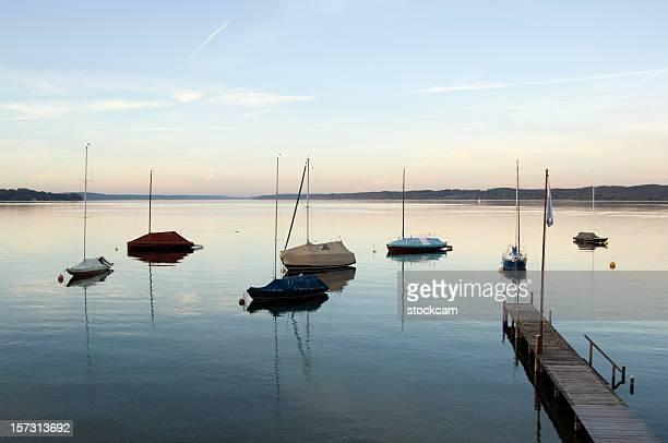 bateaux au coucher du soleil sur le lac bavaroise - starnberg photos et images de collection