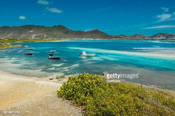 boten in de baai bij st. maarten - sint maarten caraïbisch eiland stockfoto's en -beelden