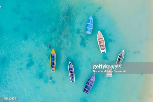 boats in the crystal sea from above, indian ocean, mauritius - islas mauricio fotografías e imágenes de stock