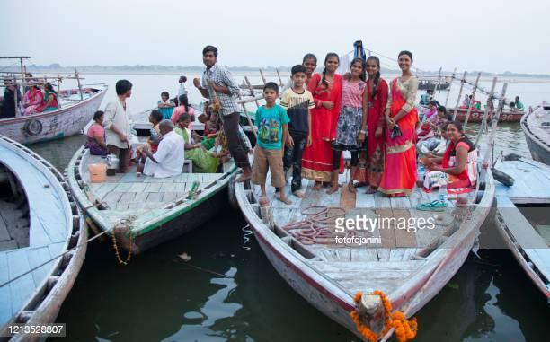 ヒンズー教の巡礼者バラナシでいっぱいのガンジス川のボート - fotofojanini ストックフォトと画像