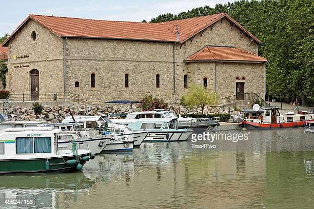 bateaux dans le port de colombiers, france - canal du midi photos et images de collection