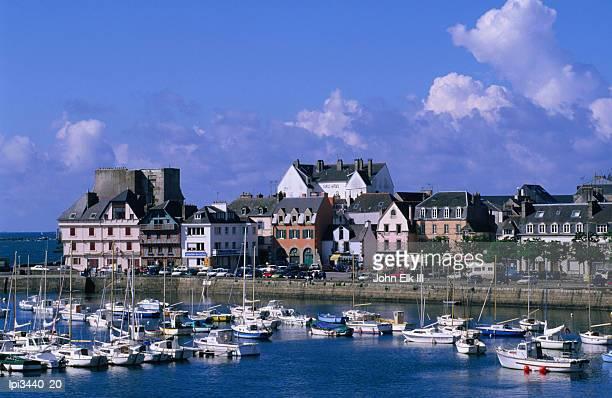 boats in town harbour, concarneau, france - concarneau stock-fotos und bilder