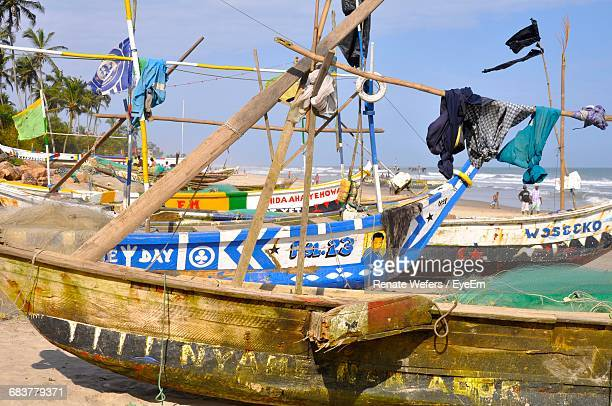 boats moored at beach during sunny day - ghana stockfoto's en -beelden