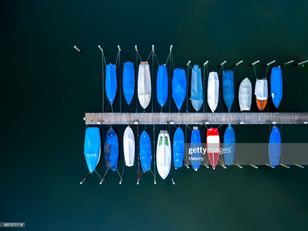 Boats moored at dock or jetty top view, view from above, aerial view : Stock-Foto