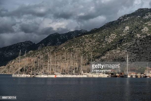 boats moored at selimiye bay on an overcast winter day. - emreturanphoto stockfoto's en -beelden
