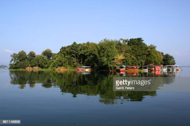 boats moored in island on lake, rangamati, chittagong, bangladesh - チッタゴン ストックフォトと画像