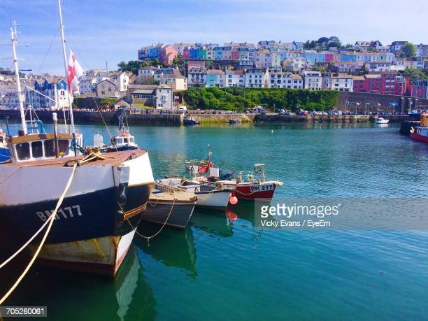 boats moored in sea with buildings in background - torquay,_victoria stock pictures, royalty-free photos & images