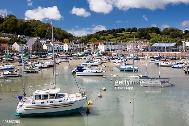 boats moored in st aubins harbour. - islas de gran bretaña fotografías e imágenes de stock