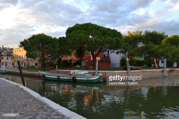 boats moored in water against sky - muro stock photos and pictures