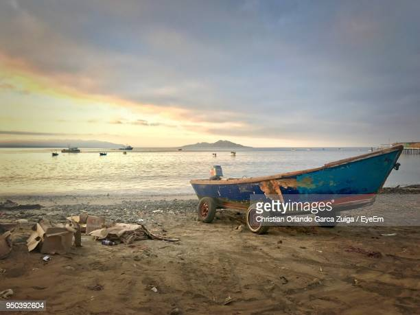 boats moored on beach against sky during sunset - special:whatlinkshere/file:lucerne_circle,_orlando,_fl.jpg stock pictures, royalty-free photos & images