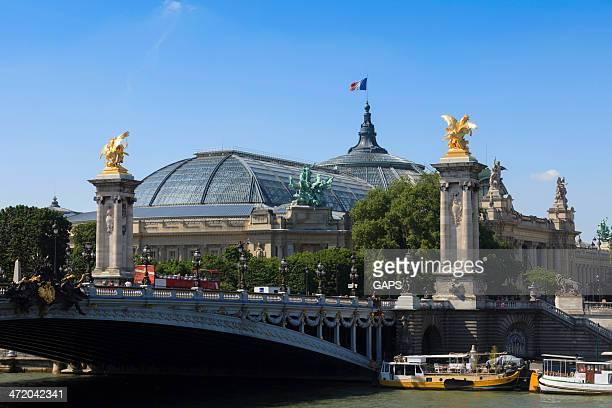 Bateaux à côté du Pont Alexandre III à Paris