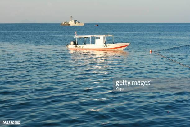 boats on a tropical beach - ilha de mabul imagens e fotografias de stock