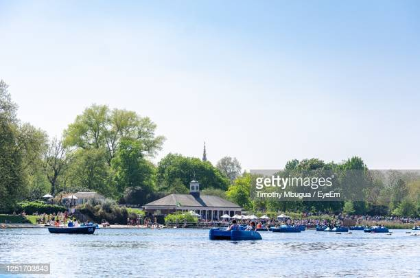 boats on the serpentine lake at hyde park in summer, london - hyde park london stock pictures, royalty-free photos & images