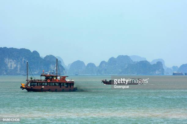 boats sailing in halong bay - gwengoat stock pictures, royalty-free photos & images