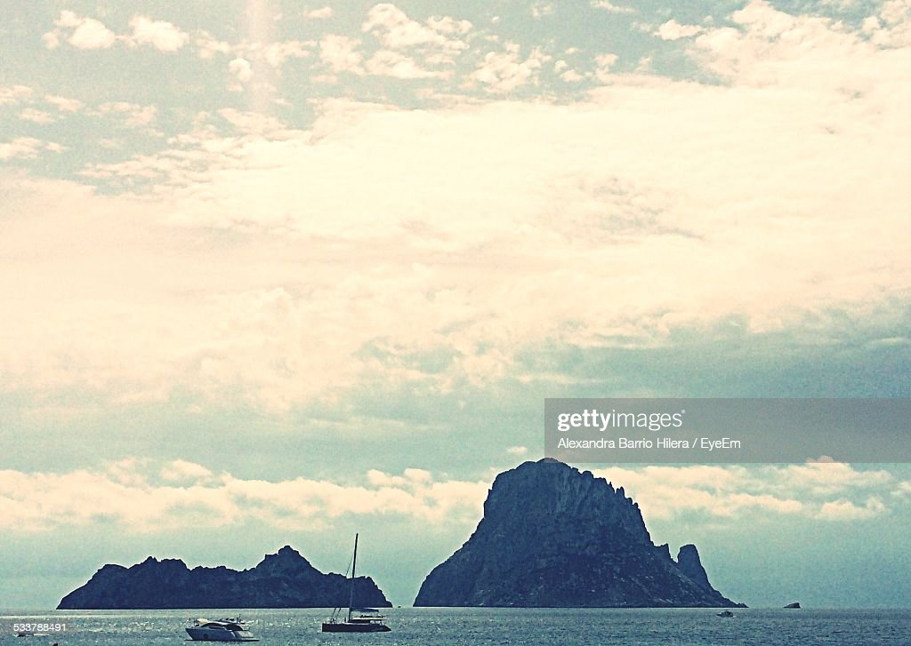 Boats Sailing In Sea Against Cloudy Sky : Foto stock