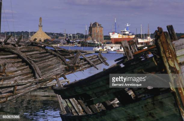 Boats waiting on the slipway to be repaired in the Port of Camaret. | Location: Camaret, France.
