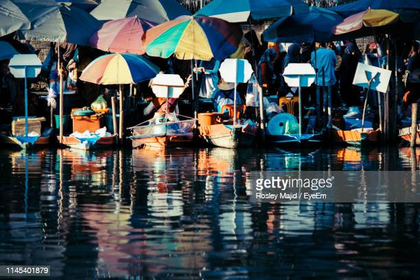 boats with parasols moored in lake - hat yai foto e immagini stock