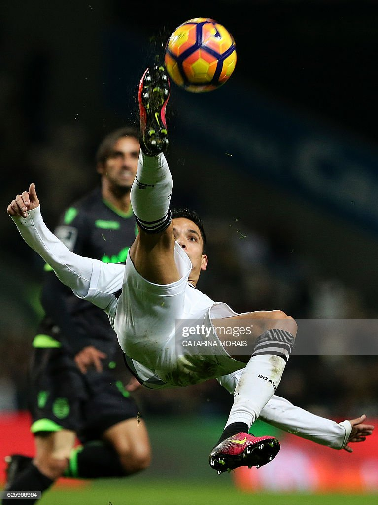Boavista's forward Renato Santos performs a scissor kick during the Portuguese league football match Boavista FC vs Sporting CP at the Estadio do Bessa Seculo XXI in Porto on November 26, 2016. / AFP / CATARINA