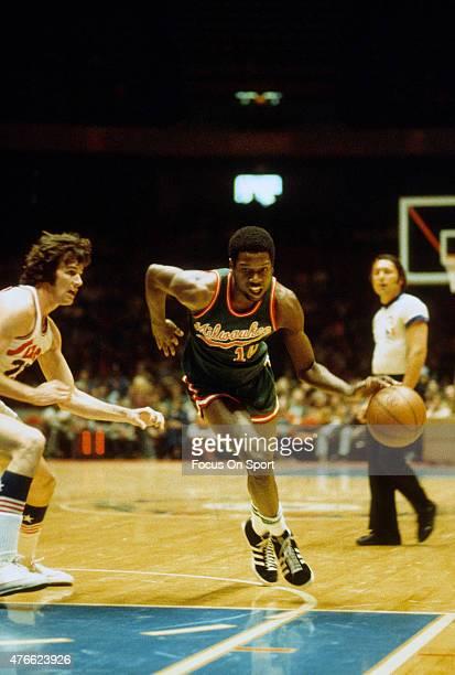Bob Dandridge of Milwaukee Bucks drives towards the basket against the Philadelphia 76ers during an NBA basketball game circa 1975 at The Spectrum in...