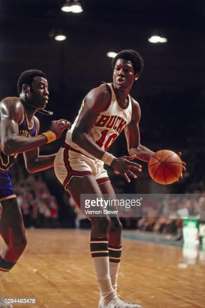 Bob Dandridge of the Milwaukee Bucks handles the ball against the Golden State Warriors on January 16, 1975 at the MECCA Arena in Milwaukee,...